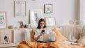 vrouw in bed werken