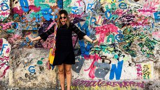 meisje voor een gekleurde muur