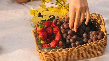 meisje pakt fruit