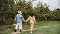 oudere en jongere vrouw plukken planten uit tuin