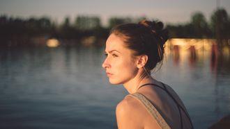 Meisje zit aan het water