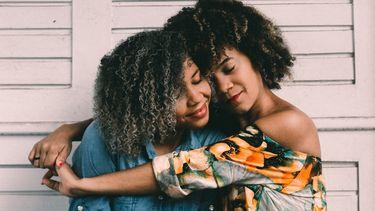twee vrouwen knuffelen