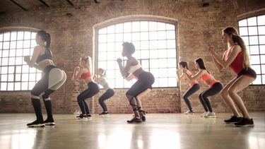 vrouwen doen een zumba work out