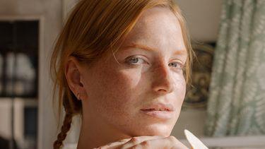 Introverte vrouw kijkt in camera