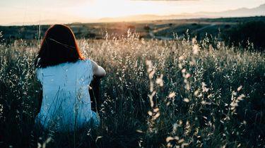 vrouw ademt rustig in veld