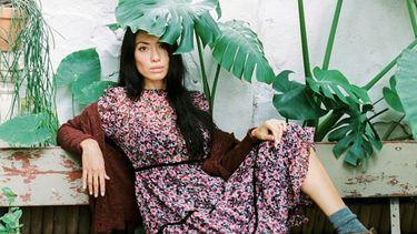 vrouw op bankje tussen planten
