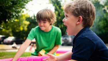Foto van spelende kinderen (opvoeding in Zweden)