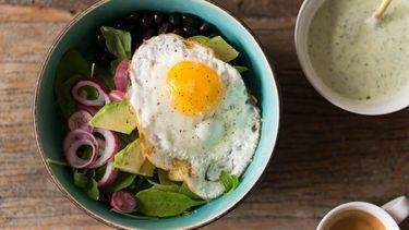 recept vegetarische breakfast bowl met zwarte bonen, ei en avocado