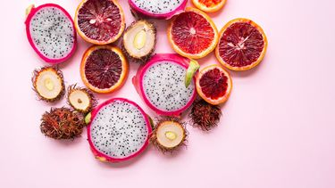fruit op een roze achtergrond