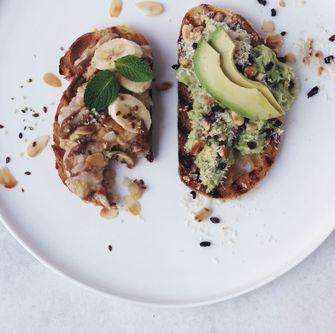2. Tuesday toast met geprakte banaan & Tuesday toast met geprakte avocado