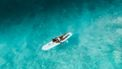 Vrouw surft in oceaan