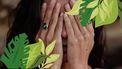 vrouw met handen voor ogen