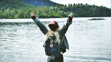 meisje is gelukkig in één van de Scandinavische landen