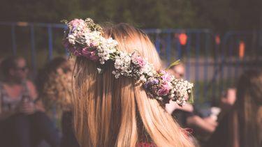 meisje met bloemenkrans