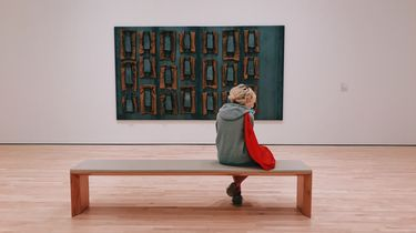 vrouw kijkt kunst
