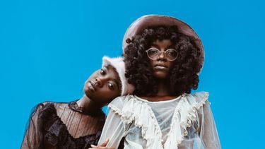 Twee vrouwen die hun kleding hebben gehaald bij het duurzame mode-platform