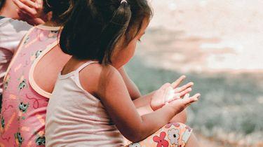 kinderen spelen buiten in duurzame kleding