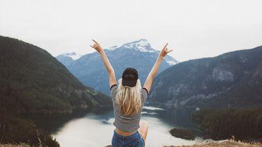 vrouw met blond haar op berg