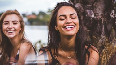 Twee meisjes die lachen