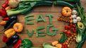 Groenten in de letters EAT VEG
