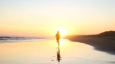 man rent over strand