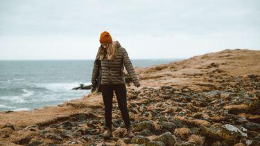 vrouw loopt op berg