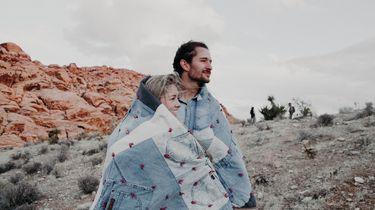 jongen en meisje onder deken