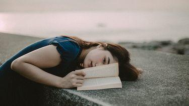 vrouw die boeken over spiritualiteit aan het lezen is