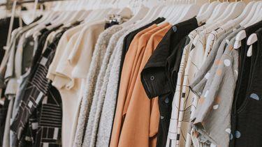 een foto van een kledingrek
