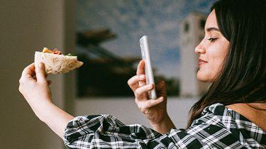 meisje maakt foto van eten