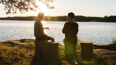 twee mannen voeren gesprek