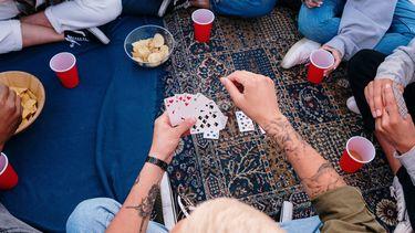 vrienden spelen kaartspel