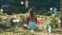 vrouw mediteert in natuur