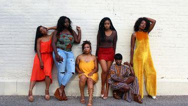vrouwen voor een muur