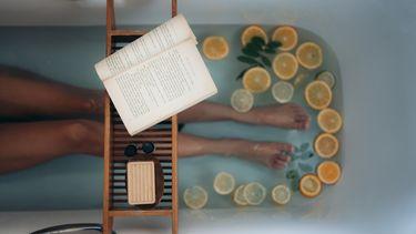 In bad met een boek