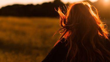 meisje rent door veld