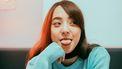 Meisje steekt tong uit