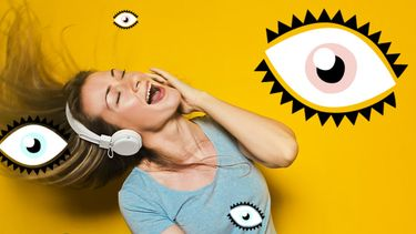 vrouw luistert muziek via koptelefoon
