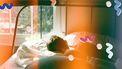man ligt in bed te slapen en dromen