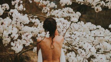 blote rug van een vrouwenlichaam vol hormonen