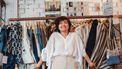 vrouw in vintage kleding winkel