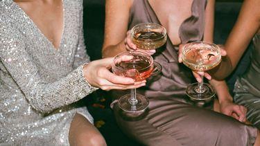 Vrouwen houden drankjes vast