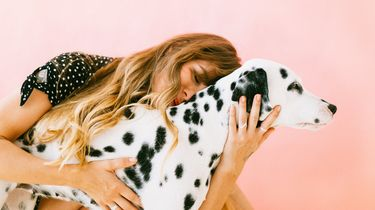 vrouw knuffelt hond
