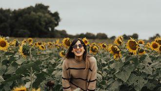 vrouw in veld met bloemen