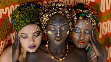 Drie zussen met verf op gezicht