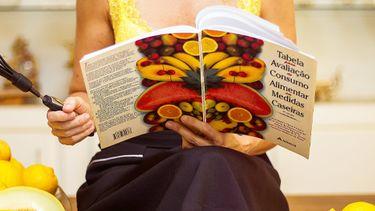 vrouw met één van haar vegetarische kookboeken