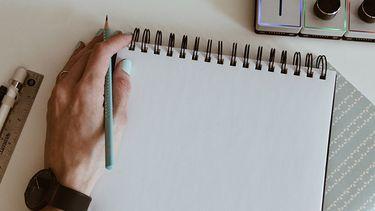meisje tekent met linkerhand