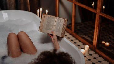 vrouw die een bad neemt