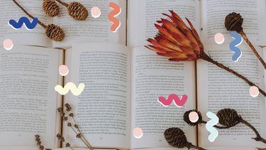 boeken met gedroogde bloemen