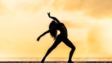 vrouw stretcht haar lichaam